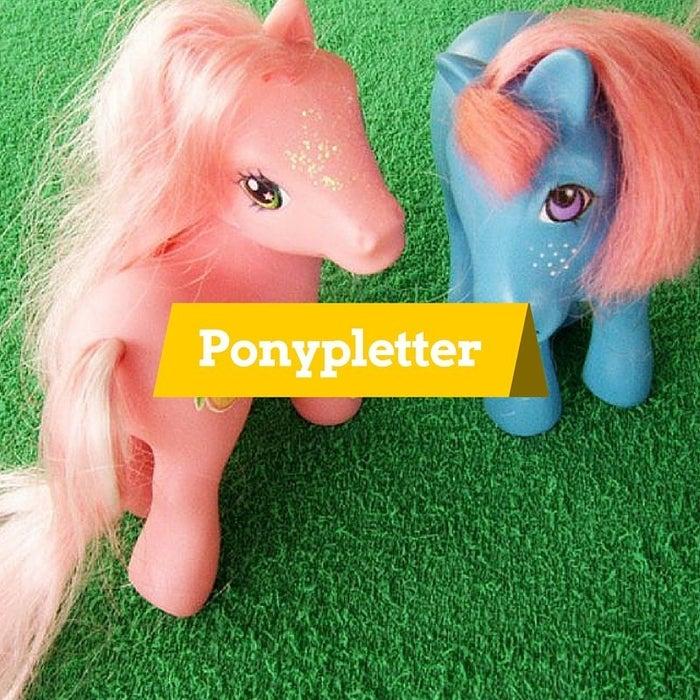 Betekenis: volwassen vrouwen die zich, rijdend op piepkleine pony's, laten filmen