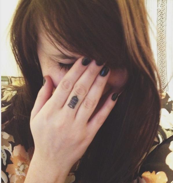 Una jaula en mi dedo corazón. ¿Lo pillas?—katestenzl