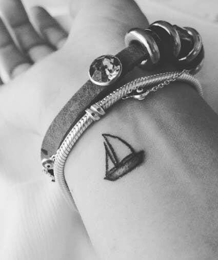 Un barco de vela minimalista.—d48f591655