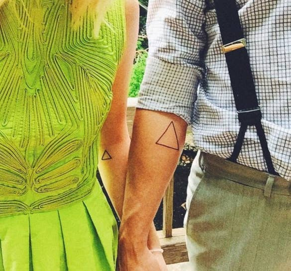Mi esposo y yo nos hicimos estos triángulos cuando nos sentimos más unidos que nunca en nuestro matrimonio. Los dos ángulos inferiores nos representan a ambos y el ángulo superior es Dios en nuestra relación.—lg89