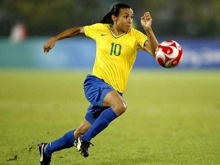 Marta Vieira é uma atacante que já ganhou cinco vezes o título de melhor jogadora do mundo, um recorde. Ela também é maior artilheira da história das Copas do Mundo de futebol feminino.Como se não bastasse, é a maior artilheira da história da Seleção Brasileira (contando a Masculina e a Feminina) -- com 100 gols, é maior que Pelé.