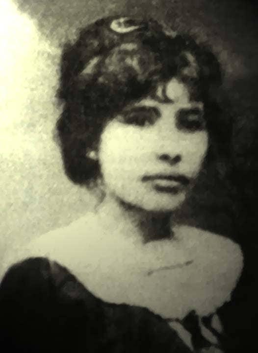 """Celina Guimarães Viana foi a primeira eleitora do Brasil. Para isso, ela fez um requerimento se baseando em uma lei recém-promulgada no Rio Grande do Norte, que enunciava: """"No Rio Grande do Norte, poderão votar e ser votados, sem distinção de sexos, todos os cidadãos que reunirem as condições exigidas por lei"""".Ao votar em 5 de abril de 1928, na cidade de Mossoró, ela se torna a primeira mulher brasileira a fazê-lo."""