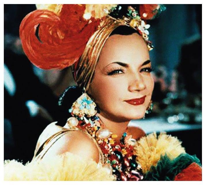 Cantora e atriz luso-brasileira, Maria do Carmo Miranda era mais conhecida como Carmen Miranda. Em duas décadas de carreira ela lançou mais de 300 músicas, fez shows em muitos países e chegou a ser a mulher mais bem paga dos EUA. Carmen foi uma mulher forte e decidida, que desde jovem traçou o objetivo de ficar famosa e gerenciou boa parte da própria carreira. Ela foi ainda a primeira sul-americana a ser homenageada com uma estrela na Calçada da Fama e foi uma inspiração para o Tropicalismo no Brasil, movimento cultural da década de 1960.