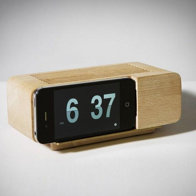 El puerto despertador de Jonas Damon ($40) con un fantástico aspecto retro.