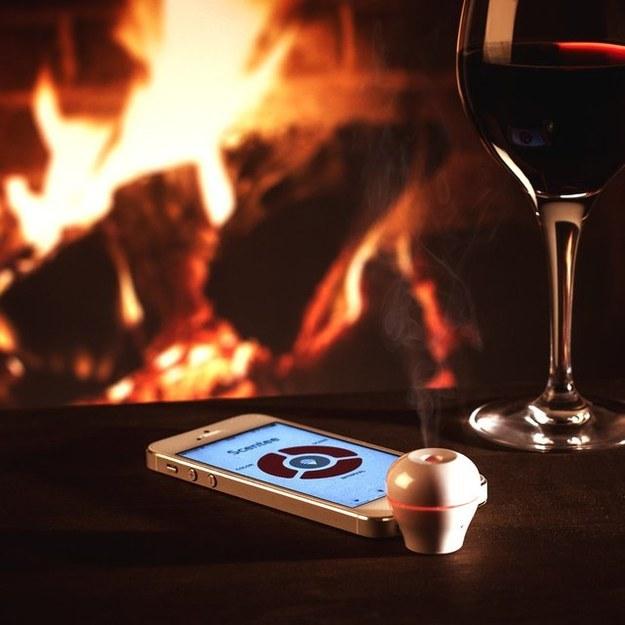 El Scentee Smartphone Aroma Diffuser ($8) que utiliza una aplicación para difuminar aromas.