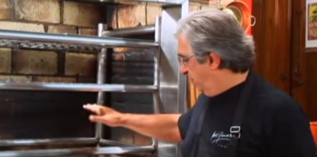 Para saber se o fogo está perfeito para começar a assar a carne, basta usar a sua mão como termômetro.