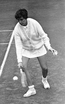 Maria Esther Bueno é a maior tenista brasileira de todos os tempos. Tem o impressionante número de 589 títulos e venceu dezenove torneios do Grand Slam. Venceu uma partida em apenas 19 minutos e era conhecida pela elegância no estilo de jogo e potência no saque.