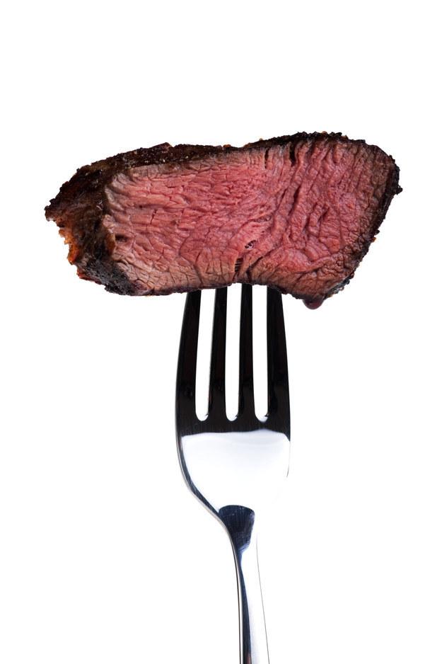 """Para descobrir se a carne está no ponto, basta reparar se ela parece estar """"suada""""."""