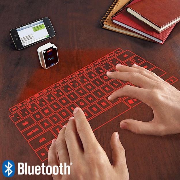 Este proyector de teclado bluetooth láser ($119,99).