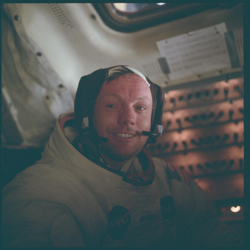 Neil Armstrong a punto de llorar después de pisar la luna por primera vez en julio del 1969.