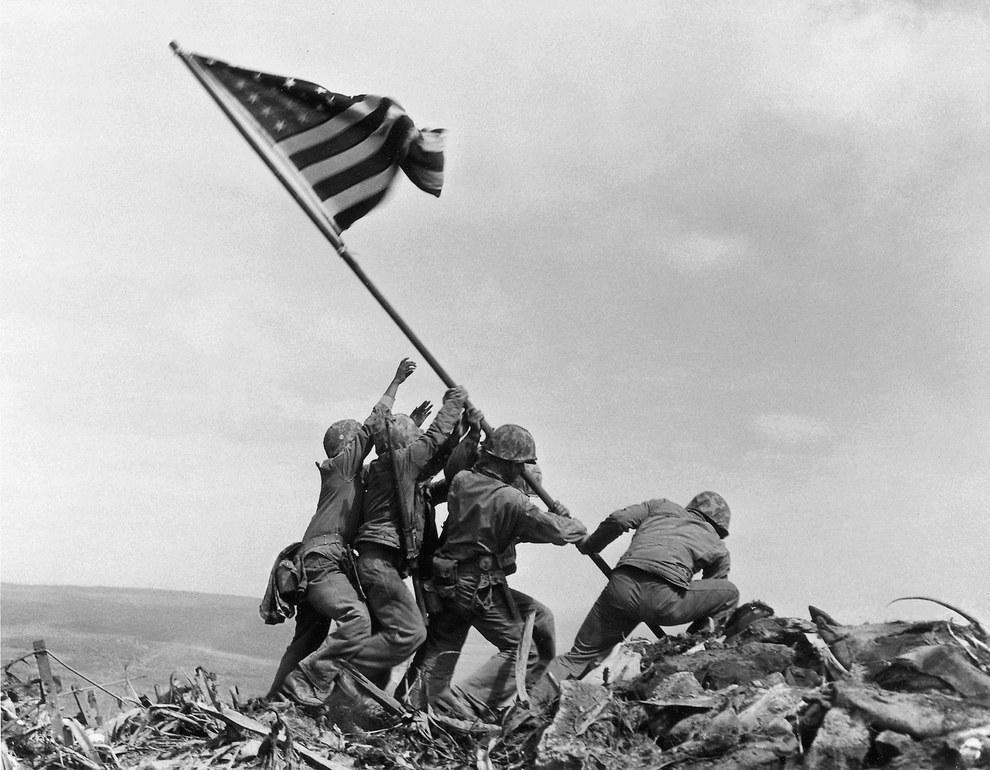 Militares estadounidenses levantando la bandera americana en Iwo Jima en Febrero de 1945.