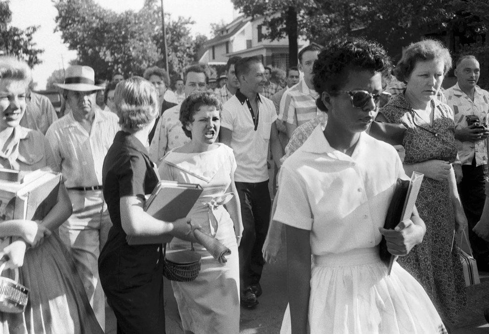 Una de los Nueve de Little Rock siendo seguida y amenazada por una bola de blancos enojados en 1957.