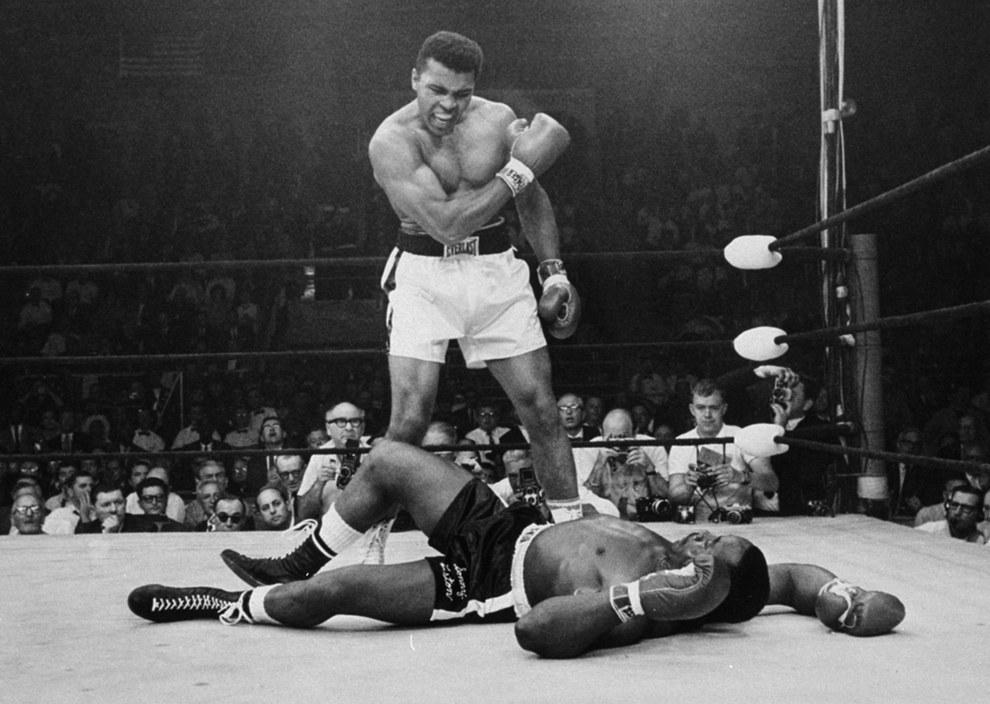 Muhammad Ali después de tumbar a Sonny Liston en 1965.