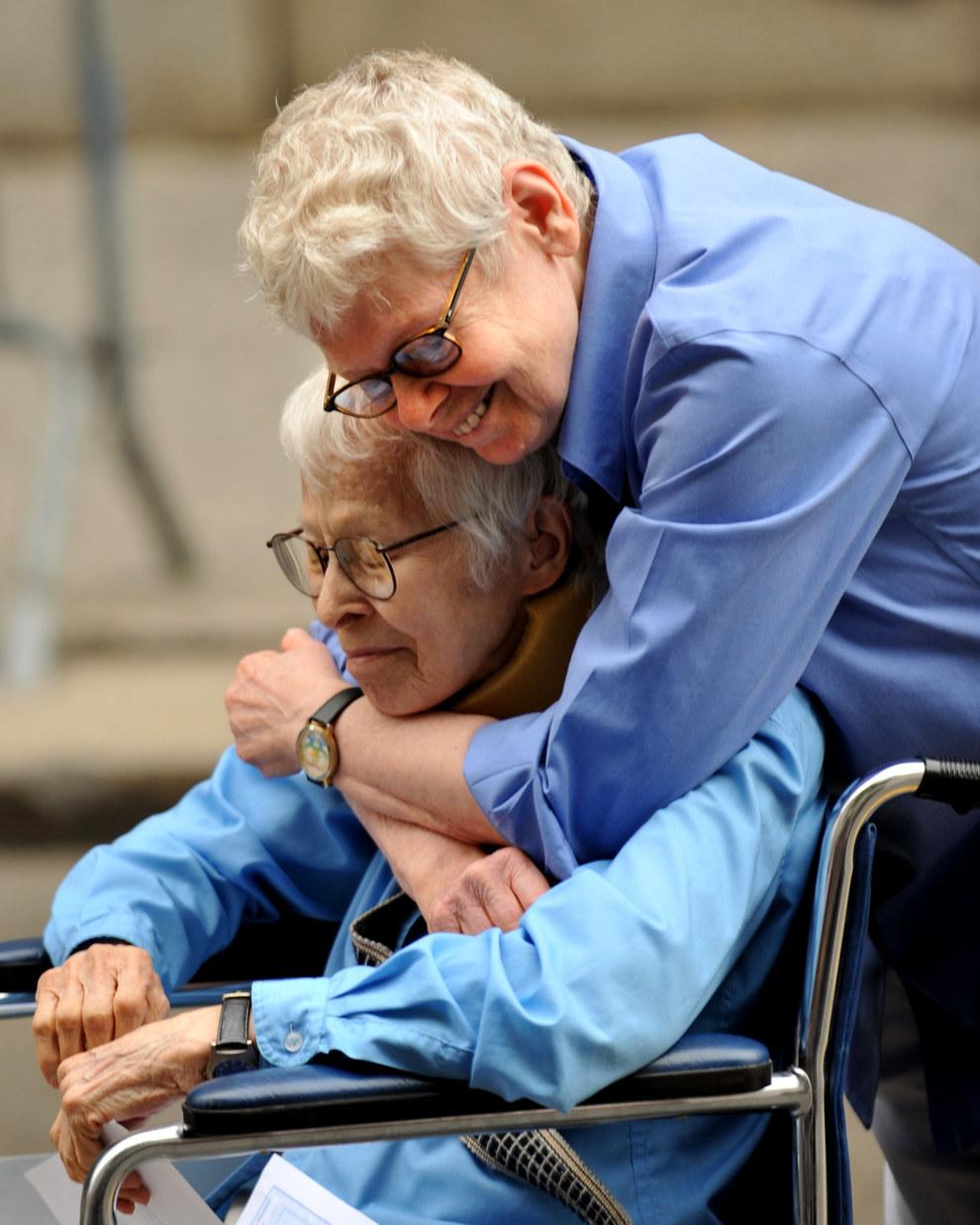 Esta adorable pareja que fue la primera pareja del mismo sexo en casarse en el registro civil de Manhattan en el 2011.