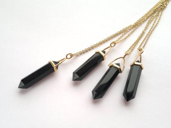Unos collares con dije negro para combinar con tu look negro de siempre, porque ALMA NEGRA.