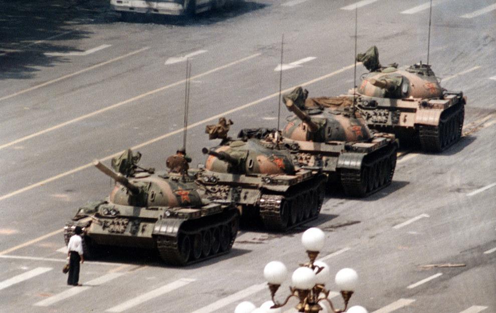 Este solitario parado en un convoy de tanques que se dirigía a Tiananmen Square en 1989.