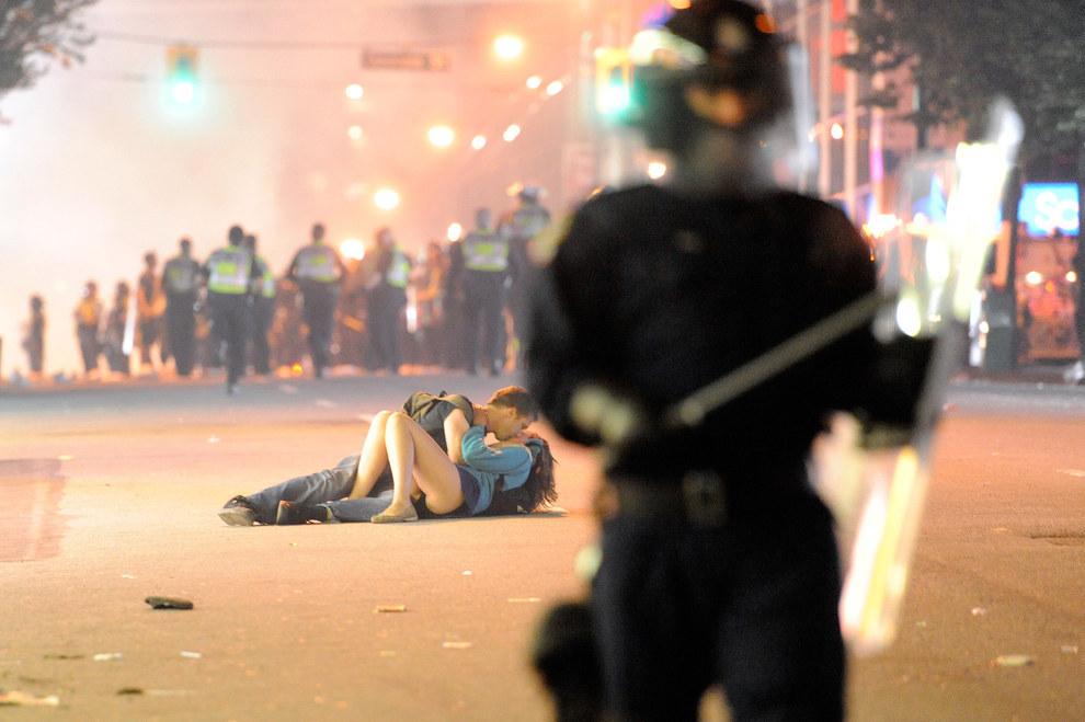 Esta pareja besándose en las calles de Vancouver entre los disturbios callejeros, después de la final de la Stanley Cup en el 2011.
