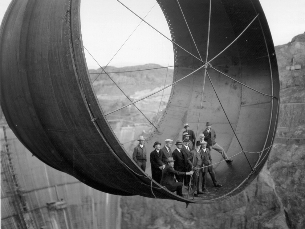 Este grupo de oficiales posando para un retrato durante la construcción de la presa Hoover en 1935.