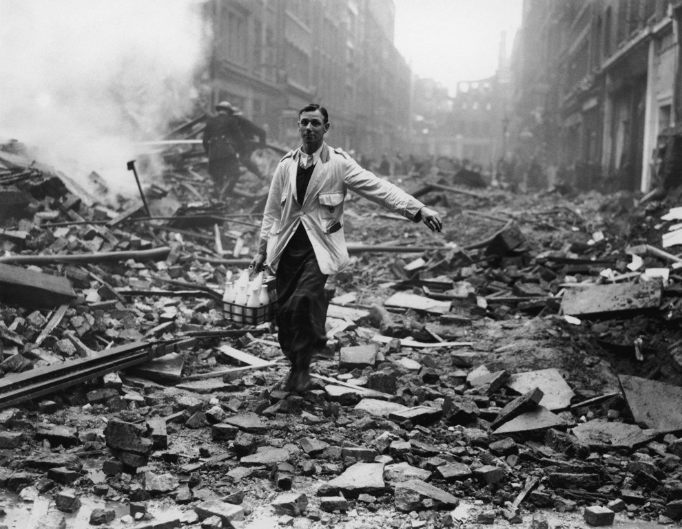 Un lechero londinense cumpliendo con su horario a pesar del bombardeo aéreo alemán en 1940.