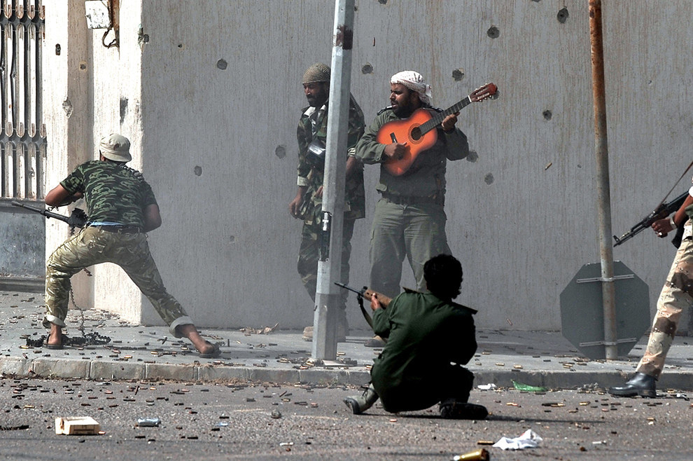Este hombre ofreciendo música motivacional durante una batalla en Sirte, Libia, en contra de fuerzas leales a Muammar Gaddafi en el 2011.
