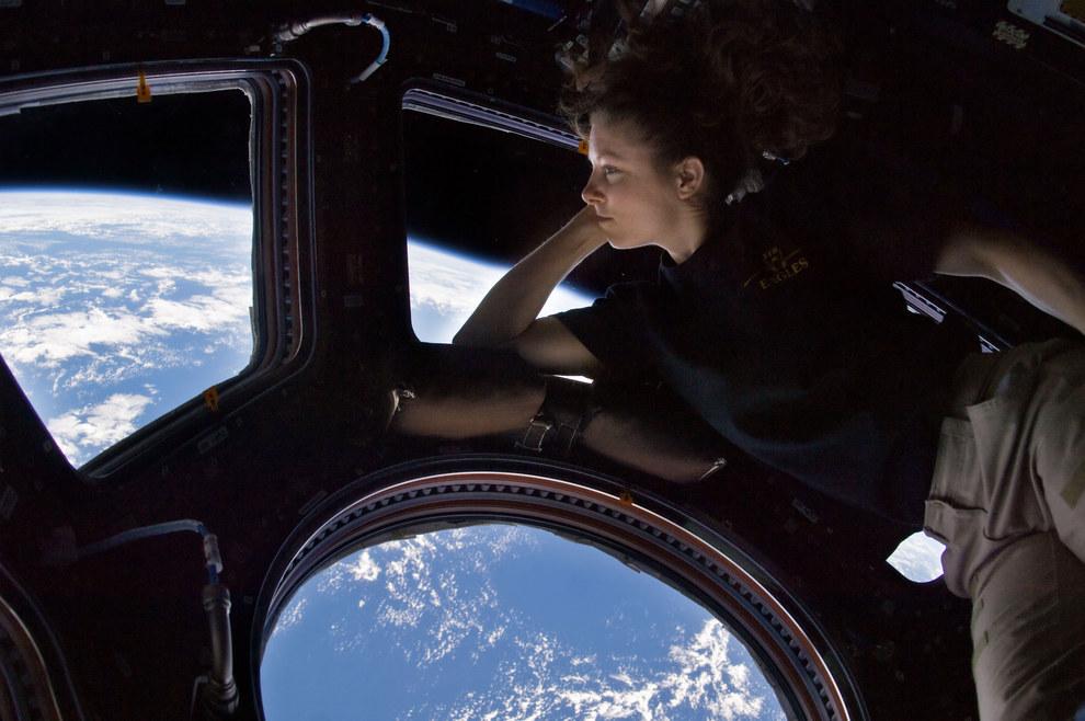 La astronauta de la NASA Tracy Caldwell Dyson asomándose por la ventana de la Estación Espacial Internacional en el 2010.