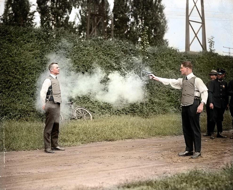 W.H. Murphy y su socio demostrando su chaleco antibalas en 1923.