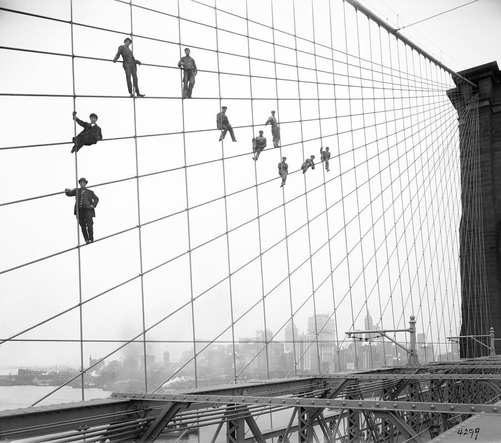 Este grupo de obreros suspendidos de los cables del Puente Brooklyn en 1914.