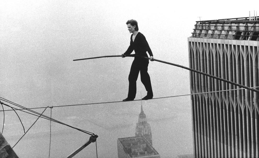 Philippe Petit caminando en una cuerda floja entre las Torres Gemelas del World Trade Center en 1974.