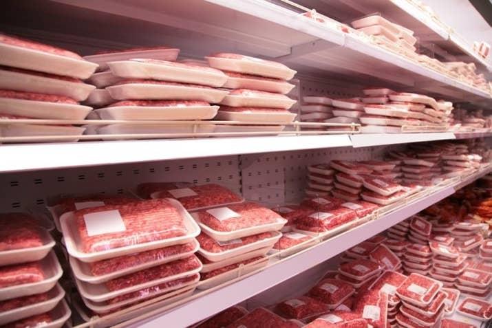 É bem chocante, mas alguns supermercados misturam retalhos de outros cortes e até mesmo de carnes vencidas nas carnes já embaladas. Ou seja: é melhor pegar a fila do açougue.