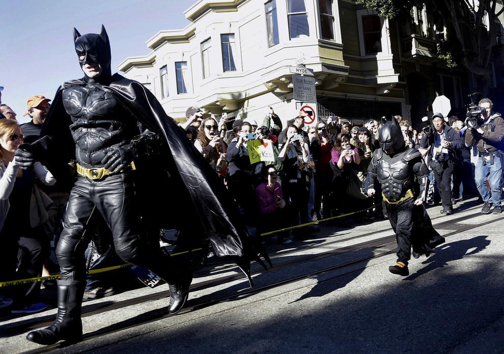"""Miles, un niño de cinco años luchando contra la leucemia, vestido de """"Batkid"""" como parte de un día organizado por la Fundación Make-A-Wish en San Francisco en el 2013."""