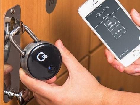 Este candado bluetooth Quicklock ($69,95) que puedes abrir con una aplicación.