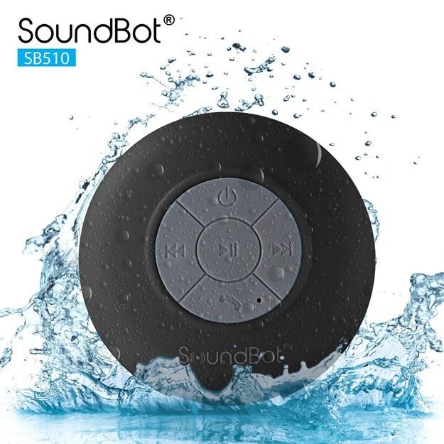 El parlante resistente al agua Soundbot ($11,79) que usa bluetooth para reproducir música o realizar llamadas.