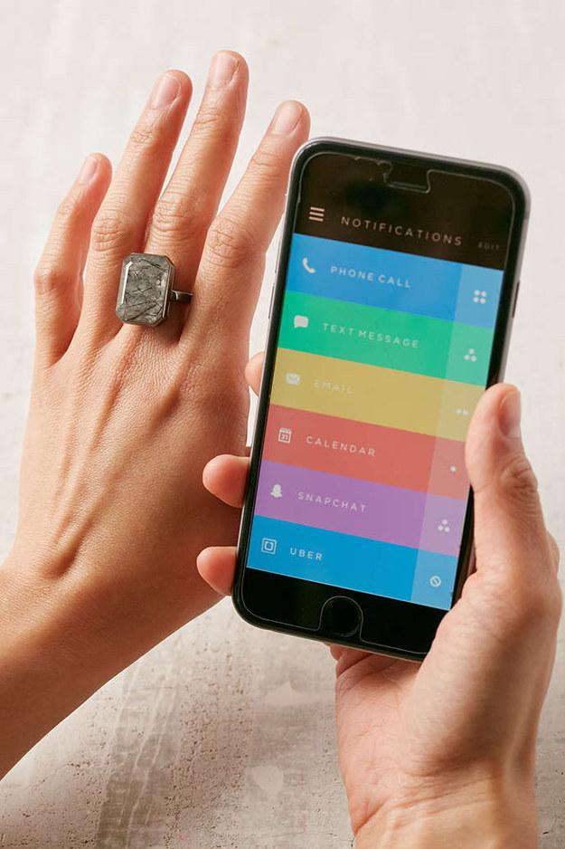 Este Anillo Inteligente Ringly ($200) que puedes configurar para iluminarse o vibrar con las notificaciones.