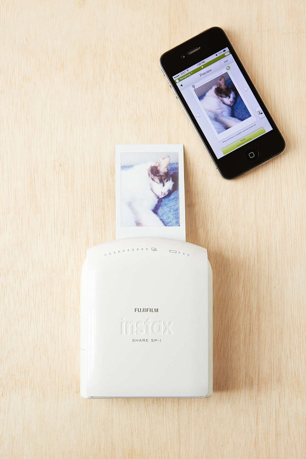 La impresora instantánea Fujifilm para teléfonos inteligentes ($199) que puede imprimir hasta 100 fotografías antes de necesitar una recarga.