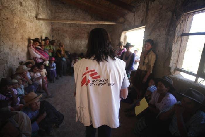 Com R$ 30 reais (as doações podem ser únicas ou mensais) você dá suporte para a organização Médicos Sem Fronteiras comprar alimentos terapêuticos para 18 crianças desnutridas por um dia. Você também pode ajudar os projetos da Cruz Vermelha com a doação de dinheiro ou itens de higiene, calçados e brinquedos.