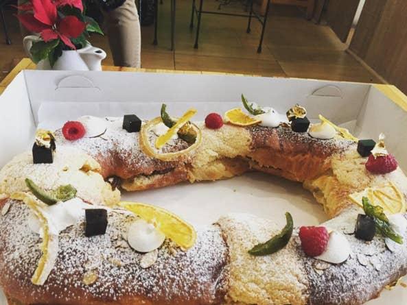 La Postrería hace una rosca de Reyes de vainilla y azahar que no puedes perderte. (También tienen una de Nutella con avellana que está increíble).Está en Pablo Neruda 3180 en Guadalajara.