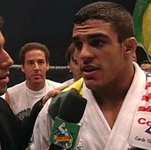 Na época o UFC era um torneio e não apenas uma luta. Vitor, então com 19 anos, perto de completar 20, venceu dois adversários para conquistar o cinturão.