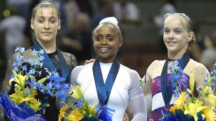 Com isso virou a primeira ginasta brasileira, entre homens e mulheres, a conseguir o feito.
