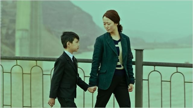 Ce superbe film de Zhang-ke suit la trajectoire d'une femme chinoise sur deux décennies, de 1999 à 2025 . À travers sa vie, ses relations et ses déceptions, on observe aussi la progression du capitalisme en Chine, tout en comprenant peu à peu que s'il y a bien une chose qui ne change pas avec le temps, c'est l'amour d'une mère.