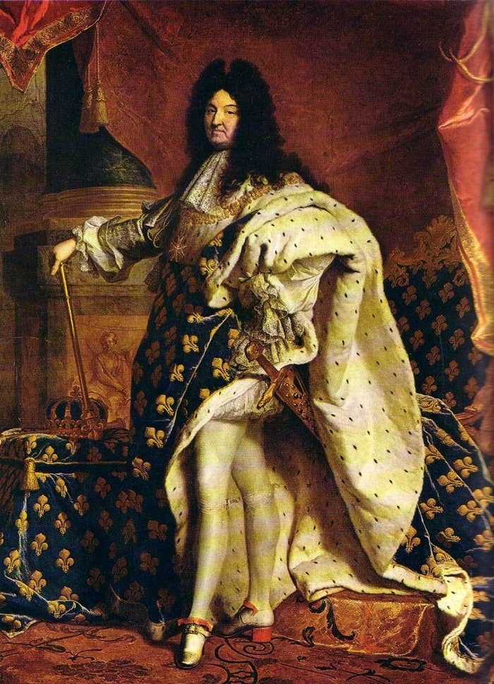 Como Luís XV, rei da França no século 17. Os saltos eram usados como símbolos de nobreza, que elevava quem calçava.