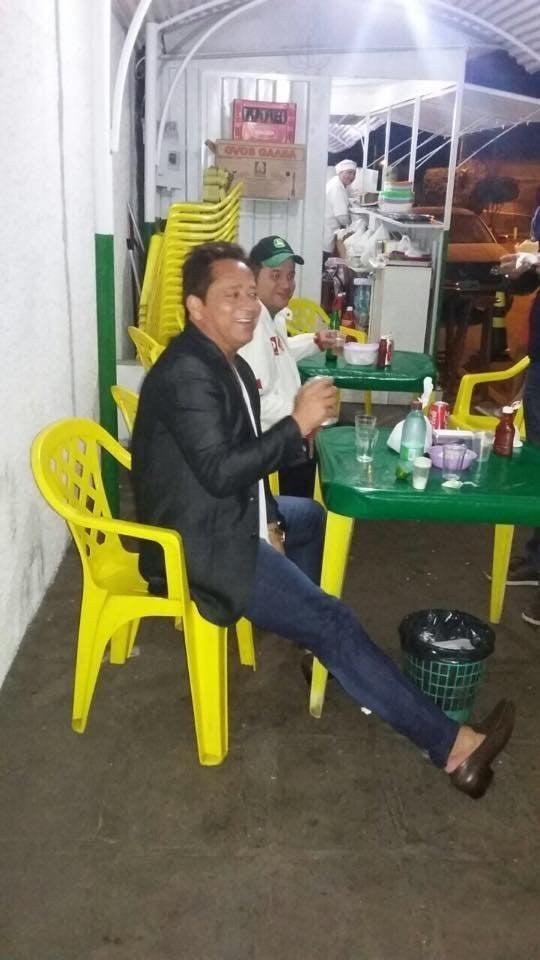 ( ) Tomar um ou dois drinks em um lugar legal e mais caro( x ) Torrar o dinheiro extra em coxinha e bebidas baratas