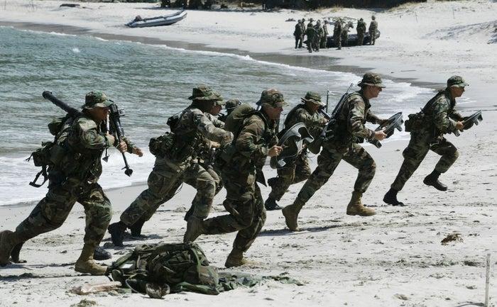普段、沖縄に駐屯している米海兵隊。雪が舞う中での訓練はなかなかできないのが実際のところ。「日米の文化交流と、雪上での活動に慣れるために企画されました」と担当者は語る。なお、共同訓練に参加している陸上自衛隊第5旅団の駐屯地は帯広。沖縄の米海軍と北海道の陸上自衛隊の交流だと考えると、胸にくるものがある。