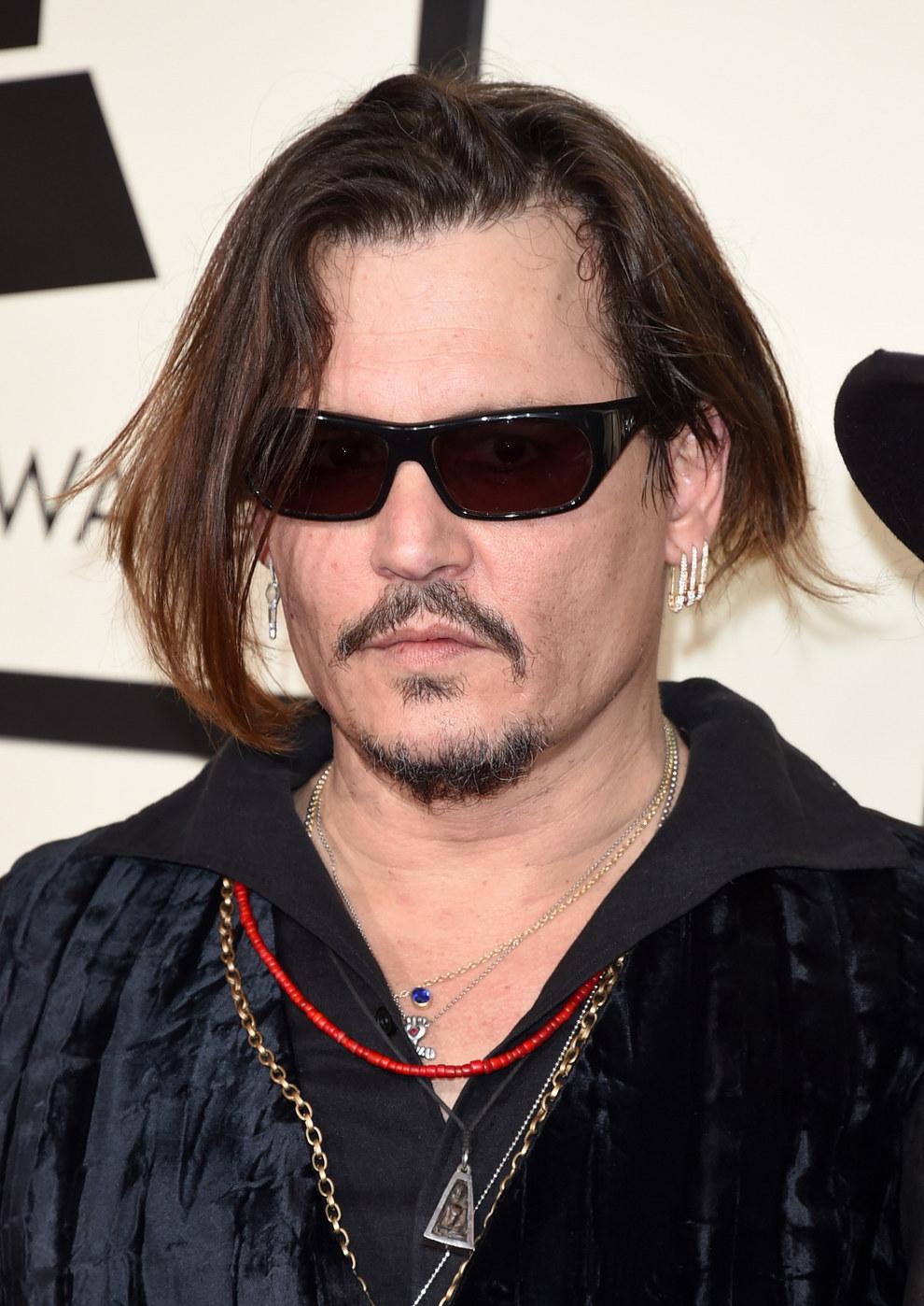 Amamos a Johnny Depp, profundamente, pero esos lentes son un gran NO. Te queremos, pero quítatelos.