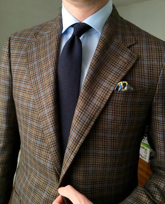 El tamaño de tu corbata debe coincidir con qué tan ancha sea la solapa.