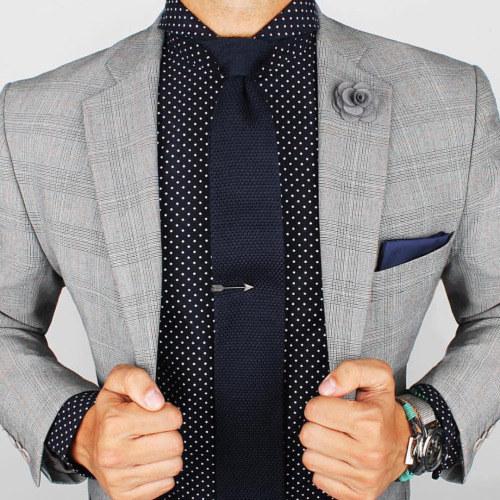Si quieres usar un clip de corbata, asegúrate que esté a la altura del esternón.
