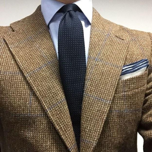 Idealmente, tu corbata debe tener un color más oscuro que el de tu camisa.