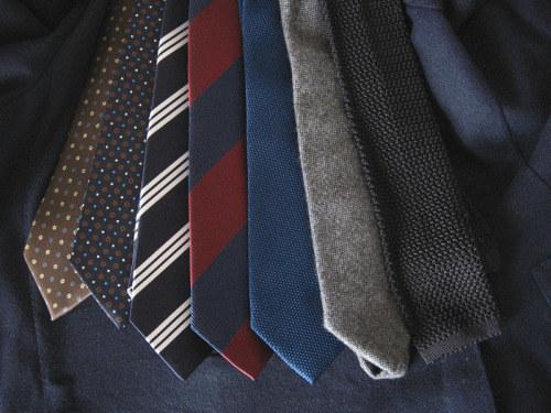 Procura tener una corbata negra, otra de puntitos, una con un diseño repetitivo y otra con rayas diagonales para cubrir todos los básicos.