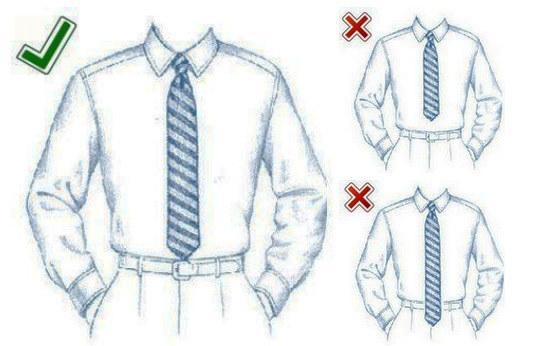 La corbata debe llegarte al botón del pantalón o a la hebilla del cinturón.