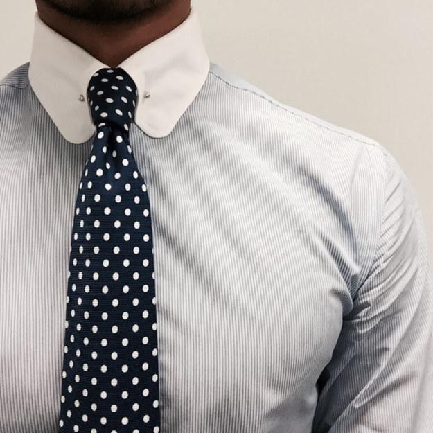 Si tu corbata es muy larga y la camisa tiene el cuello muy ancho usa un nudo Windsor.
