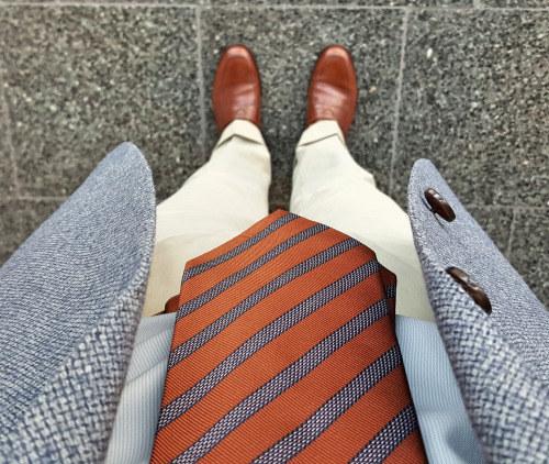 Tu corbata debe quedar completamente vertical de tal forma que cubra todos tus botones.